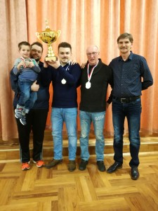 Vereinsvorsitzender Norbert Bierwirth (1.v.r.) bei der Siegerehrung der Einzelkonkurrenz. Die Sieger v.l.n.r.: Alexander Thamer (3. Platz) mitt Sohn Leonard, Dan Dragos (1. Platz), Eugen Wolf (2. Platz).